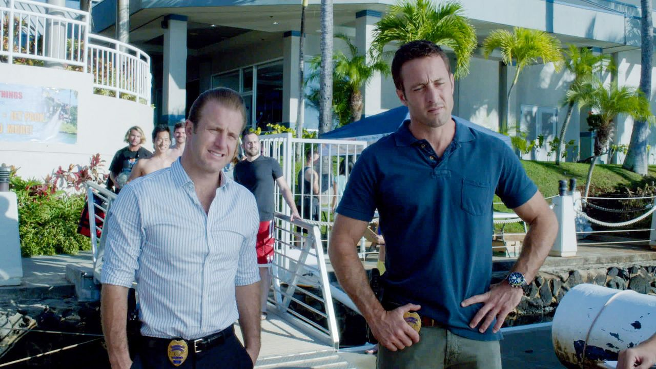 Als Russel Donovan ermordet wird und seine 16-jährige Tochter Kelly spurlos verwunden ist, müssen Danny (Scott Caan, l.) und Steve (Alex O'Loughlin,... - Bildquelle: 2013 CBS Broadcasting Inc. All Rights Reserved