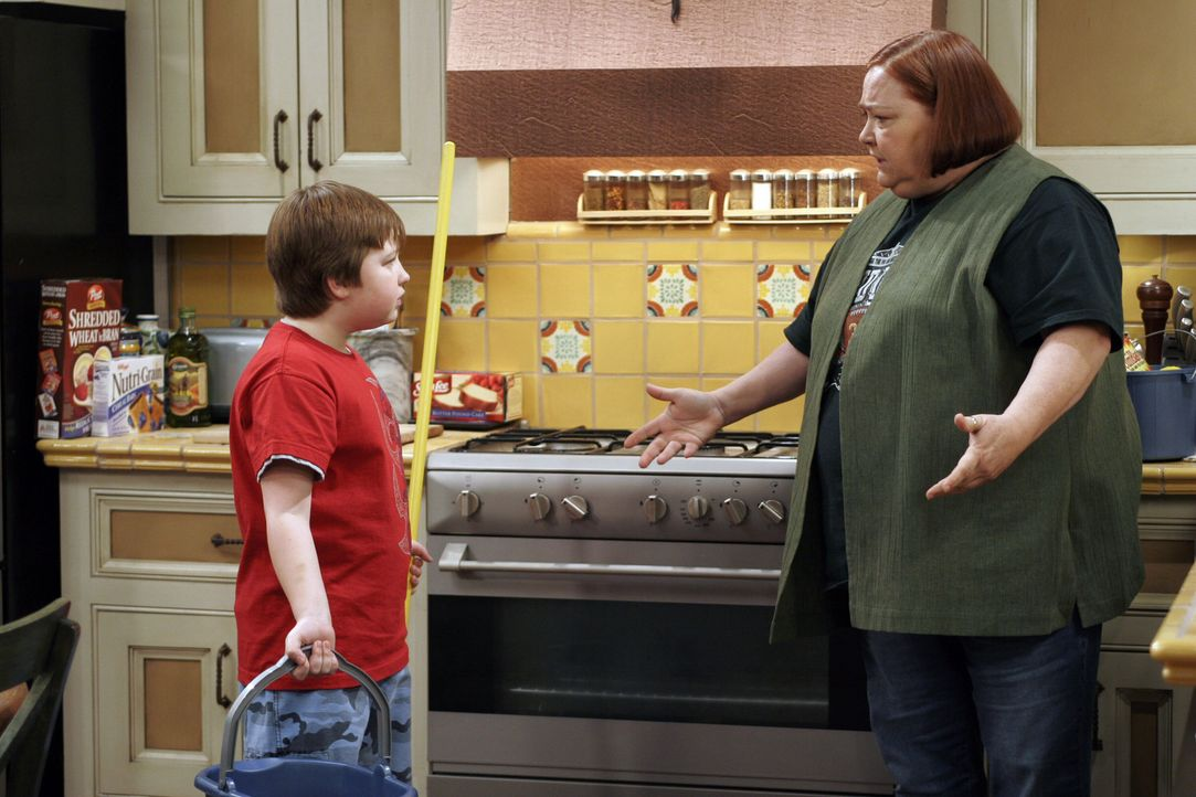 Haushälterin Berta (Conchata Ferrell, r.) teilt Jake (Angus T. Jones, l.) zum Toilettenputzen ein. Solange, bis der Junge lernt, dieses ordnungsgem... - Bildquelle: Warner Brothers Entertainment Inc.