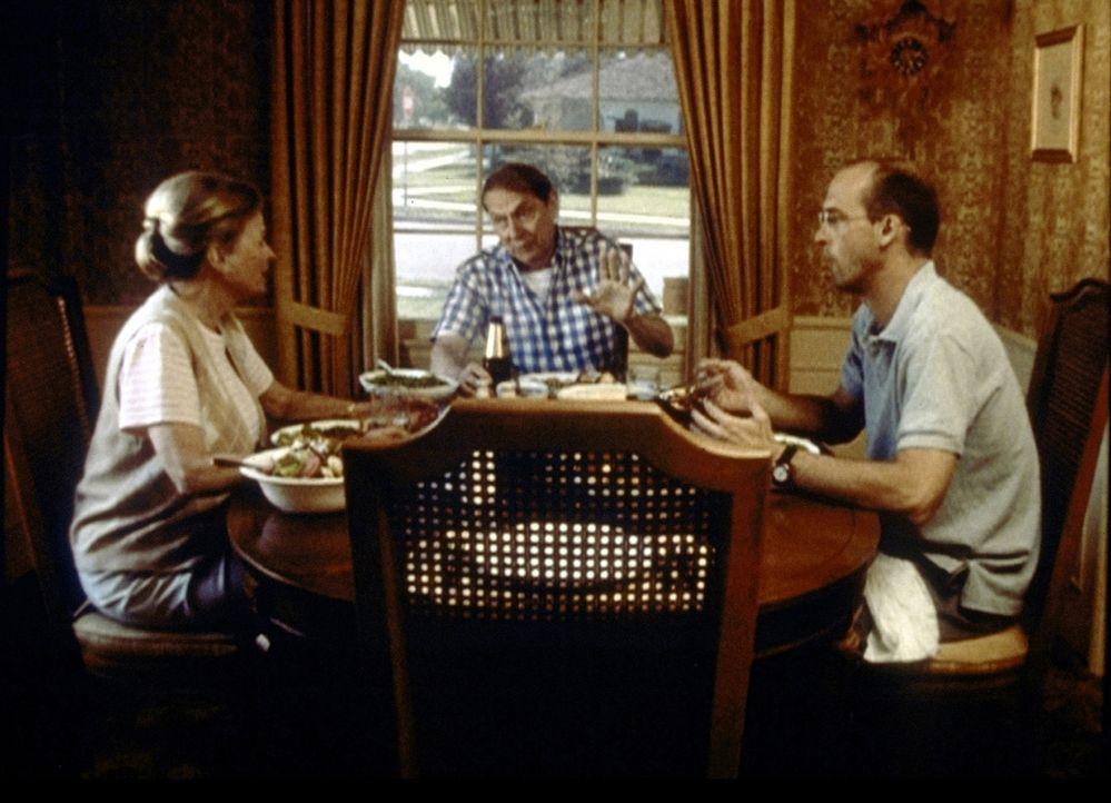 Gespannte Atmosphäre. Dr. Greene (Anthony Edwards, r.) ist zu Besuch bei seinen Eltern. - Bildquelle: TM+  2000 WARNER BROS.