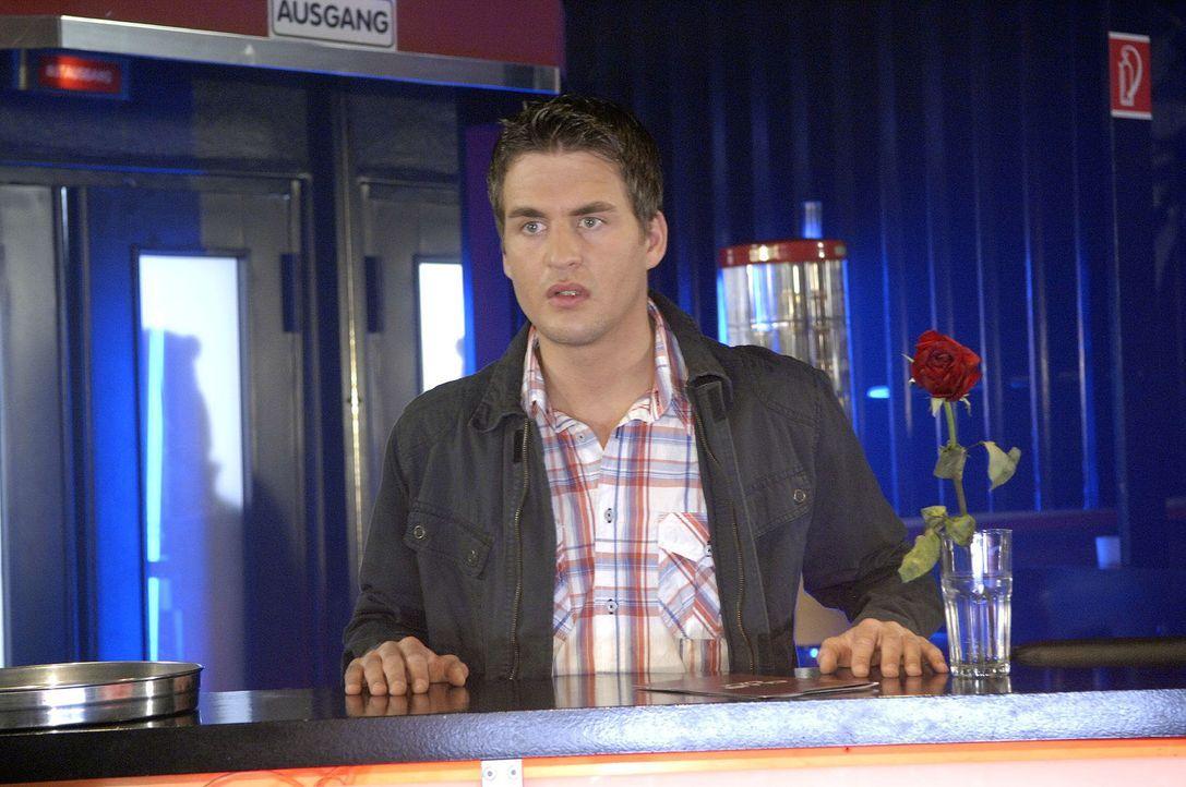 Lars (Alexander Klaws) ist schockiert, als er Lily bei der Ausübung ihres neuen Jobs sieht ... - Bildquelle: Claudius Pflug Sat.1