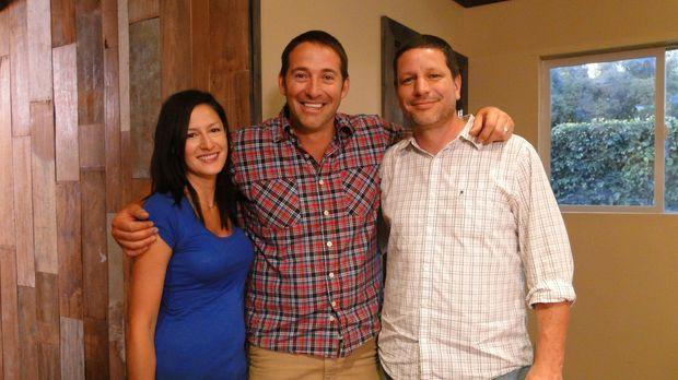 Josh Temple (M.) hilft Jen (l.) und Marcus Homan (r.) beim Umbau eines Raumes...