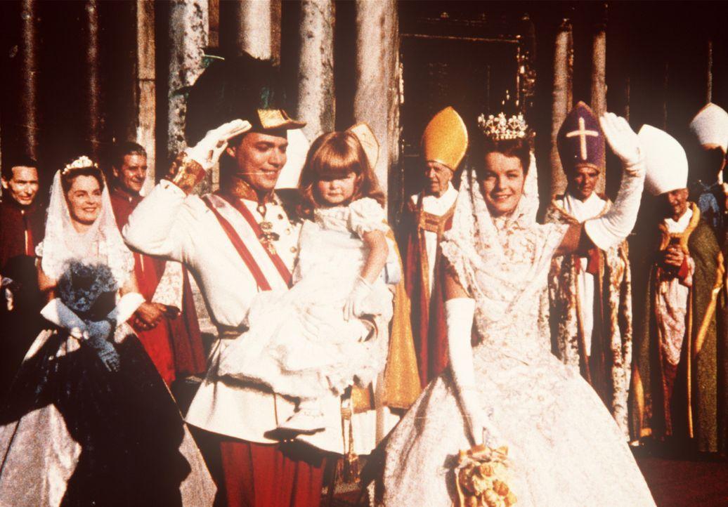 Eine glückliche Familie: Das Kaiserpaar Franz-Joseph von Österreich (Karlheinz Böhm, l.) und Sissi (Romy Schneider, r.) mit ihrer gemeinsamen Toc... - Bildquelle: UFA-Filmverleih