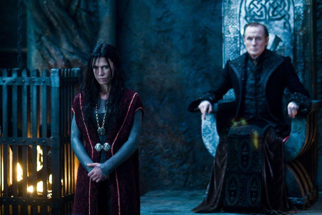 Noch ahnt der König der Vampire, Victor (Bill Nighy, r.) nicht, dass seine geliebte Tochter Sonja (Rhona Mitra, l.) ihr Herz an einen Sklaven, eine... - Bildquelle: 2009 Lakeshore Entertainment Group LLC. All Rights Reserved.