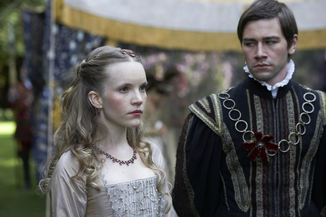 König Henry VIII. ahnt nicht, dass seine neue junge Königin Catherine (Tamzin Merchant, l.) eine heimliche, leidenschaftliche Affäre mit seinem K... - Bildquelle: 2010 TM Productions Limited/PA Tudors Inc. An Ireland-Canada Co-Production. All Rights Reserved.