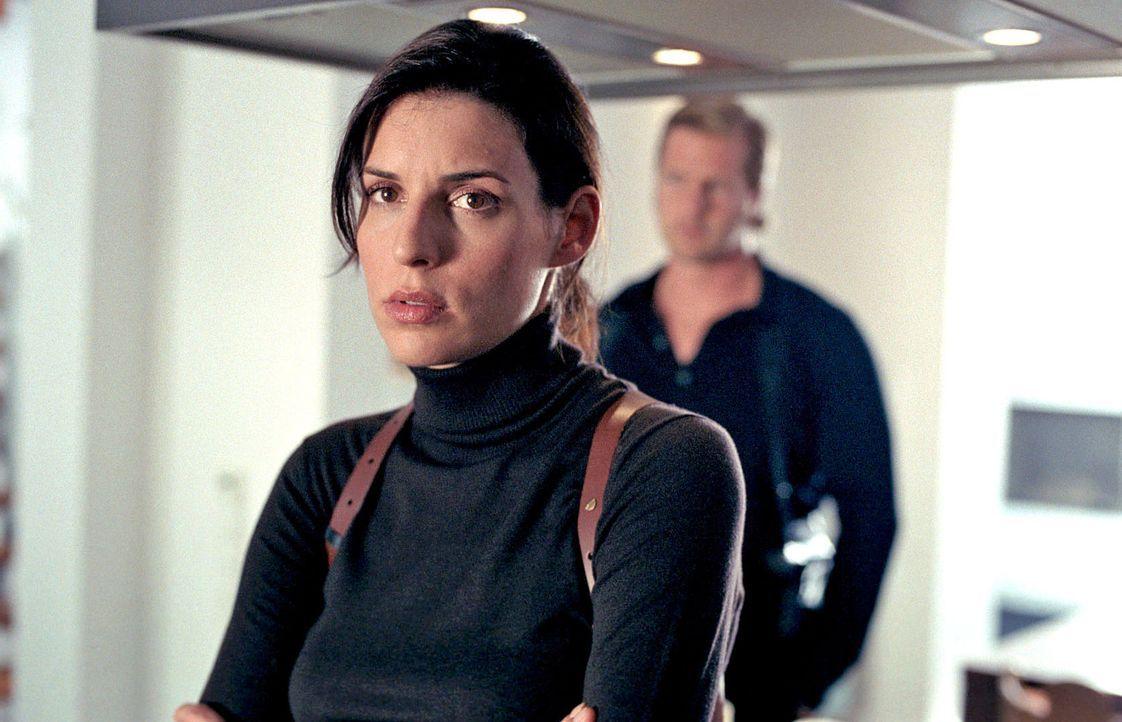 Als Nina (Elena Uhlig, l.) den freigewordenen Posten als Dienststellenleiterin annimmt, ahnt sie nicht, dass sie schon bald in einen Loyalitätskonf... - Bildquelle: SAT.1