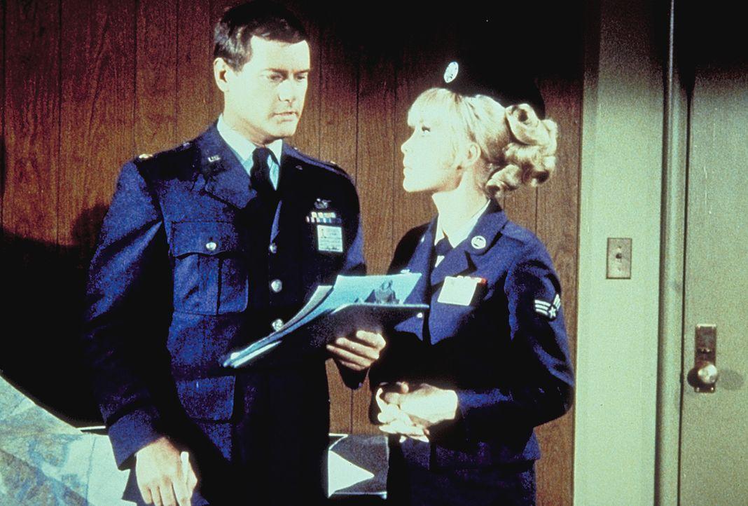 Jeannie (Barbara Eden, r.) beschwört Tony (Larry Hagman, l.), nicht zum Mond zu fliegen. Doch dieser ist nicht bereit, für dubiose Ängste seinen Leb... - Bildquelle: Columbia Pictures