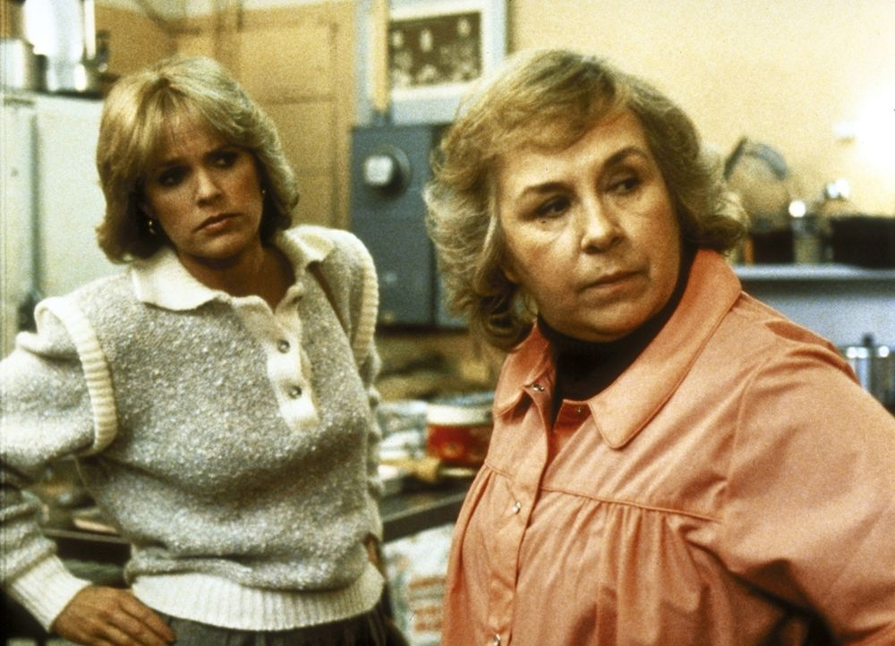 Cagney (Sharon Gless, l.) besucht Helen (Doris Roberts, r.), die eine Kantine für Obdachlose führt. - Bildquelle: ORION PICTURES CORPORATION. ALL RIGHTS RESERVED.