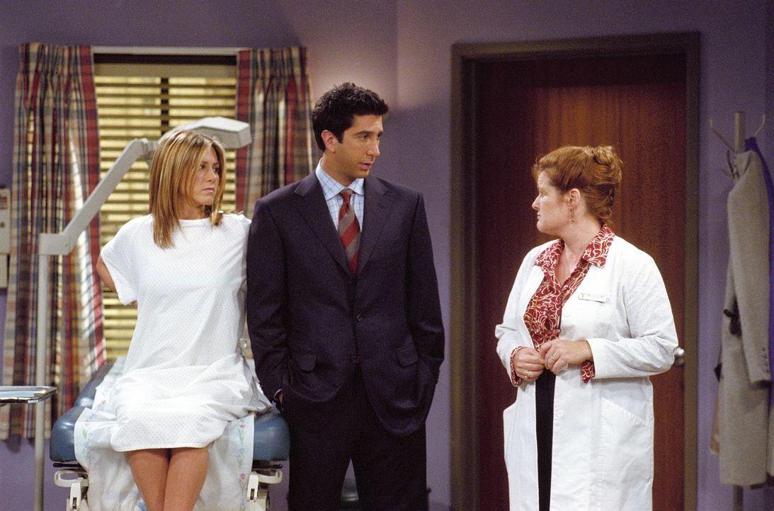 Rachel (Jennifer Aniston, l.) und Ross (David Schwimmer, M.) können sich nicht auf einen Namen für ihr Kind einigen. Selbst die Ärztin (Amanda Ca... - Bildquelle: TM+  WARNER BROS.