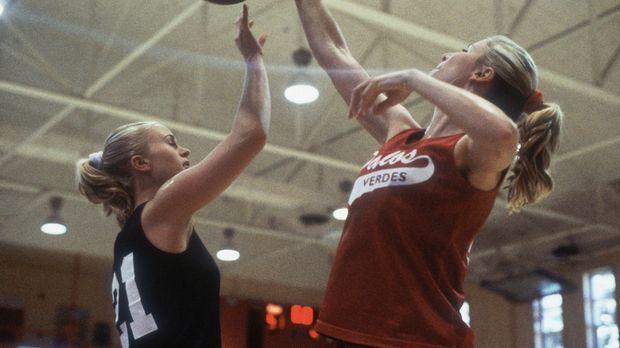 Aufgrund ihrer Größe werden die sportlichen Zwillinge Heather (Poppi Monroe,...