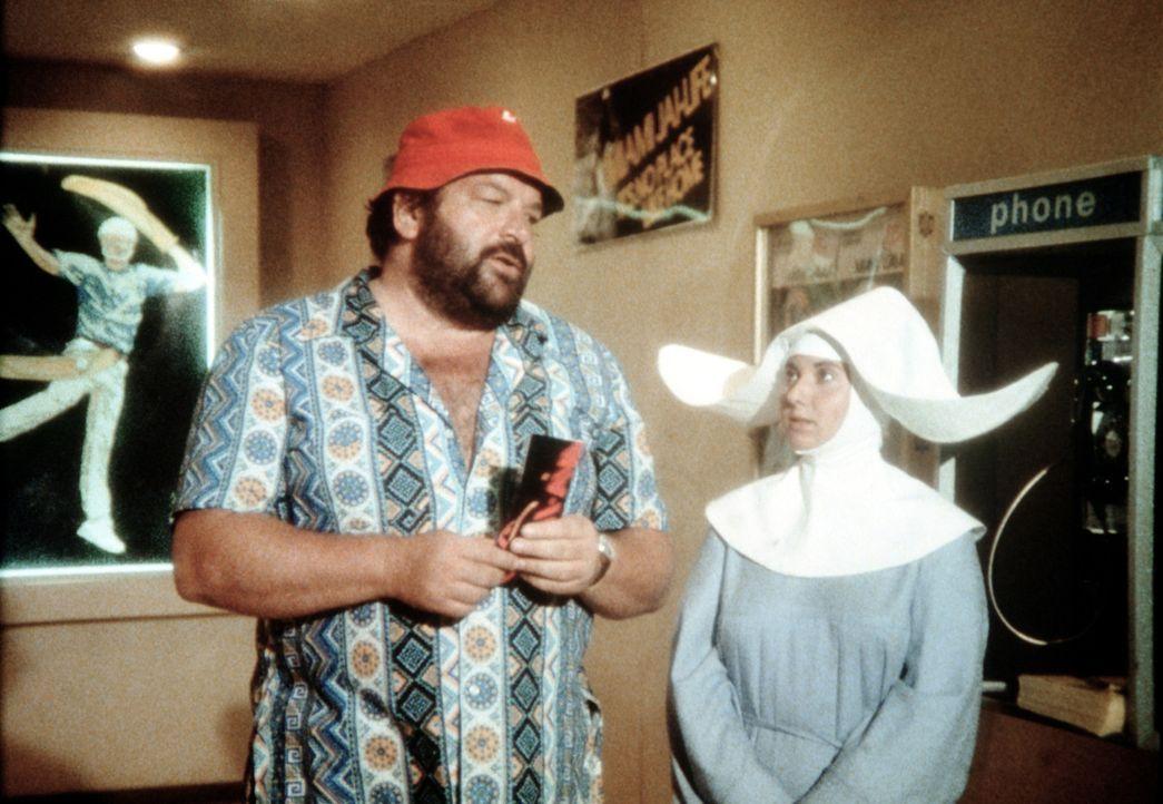 Schwester Susanna (Marisa Lauripo, r.) weiß nicht so recht, was sie von ihrem Besucher Charlie (Bud Spencer, l.) halten soll .. - Bildquelle: Columbia Pictures