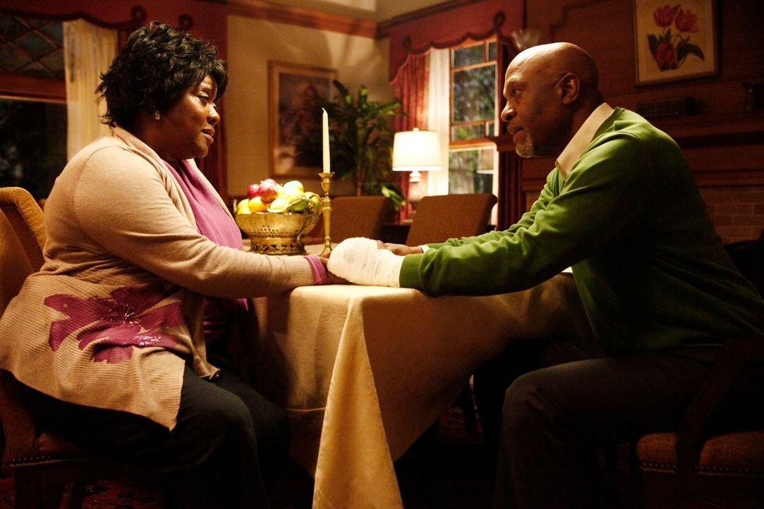 Als sich Adeles (Loretta Devine, l.) Zustand weiter verschlechtert, muss ihr Mann Richard (James Pickens jr., r.) eine Entscheidung über ihr weitere... - Bildquelle: ABC Studios