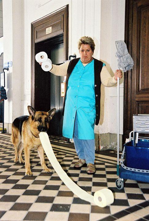 Rex versucht vergeblich, der Putzfrau (Stefanie Werger) zu helfen. - Bildquelle: Sat.1