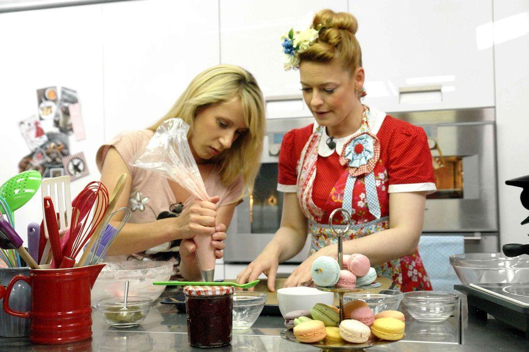 Macaron sind ein kunstvolles Trendgebäck, bei dem sich so mancher fragt, ob man das überhaupt selber machen kann. Enies (r.) Gast Laura Leising (l.)... - Bildquelle: sixx