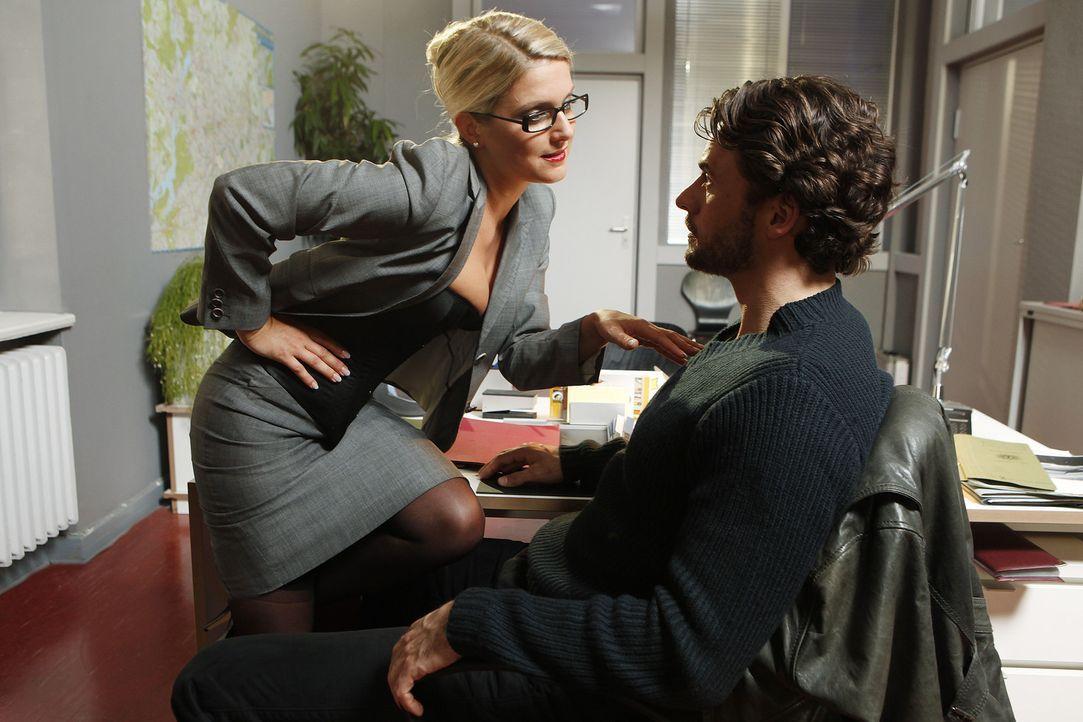 Eigentlich sollte Callgirl Lizzy (Jeanette Biedermann, l.) das Geschenk an einen Kollegen sein, doch im LKA angekommen, muss sie feststellen, dass G... - Bildquelle: SAT.1