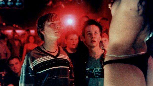 Im Striplokal können Benjamin (Robert Stadlober, l.) und Janosch (Tom Schilli...