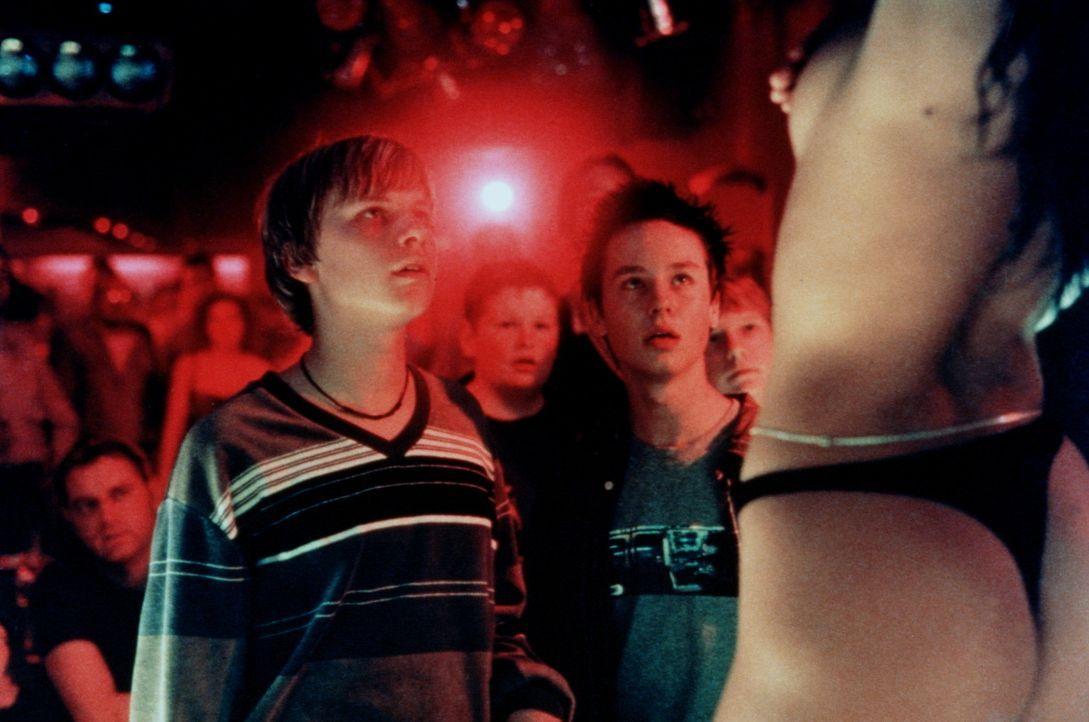 Im Striplokal können Benjamin (Robert Stadlober, l.) und Janosch (Tom Schilling, r.) nur staunen. Die weibliche Anatomie übertrifft ihre Fantasien... - Bildquelle: Constantin Film