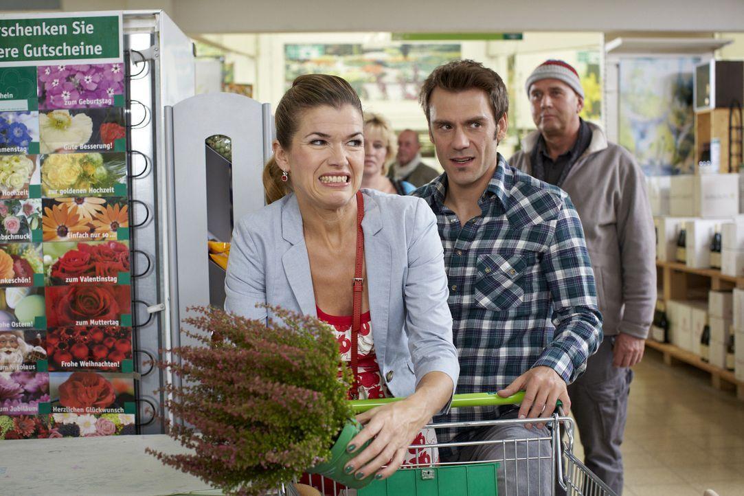 Carmen (Anke Engelke, l.) und Frank (Daniel Wiemer, M.) spazieren durch einen Baumarkt. Aus dem geplanten Einkauf einer Kleinigkeit entwickelt sich... - Bildquelle: Guido Engels SAT.1
