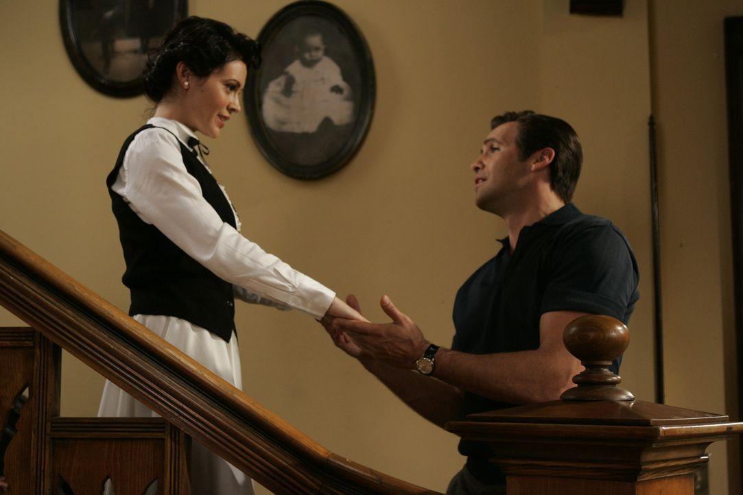 Kann Phoebe (Alyssa Milano, l.) herausfinden, was Drake (Billy Zane, r.) im Schilde führt? - Bildquelle: Paramount Pictures