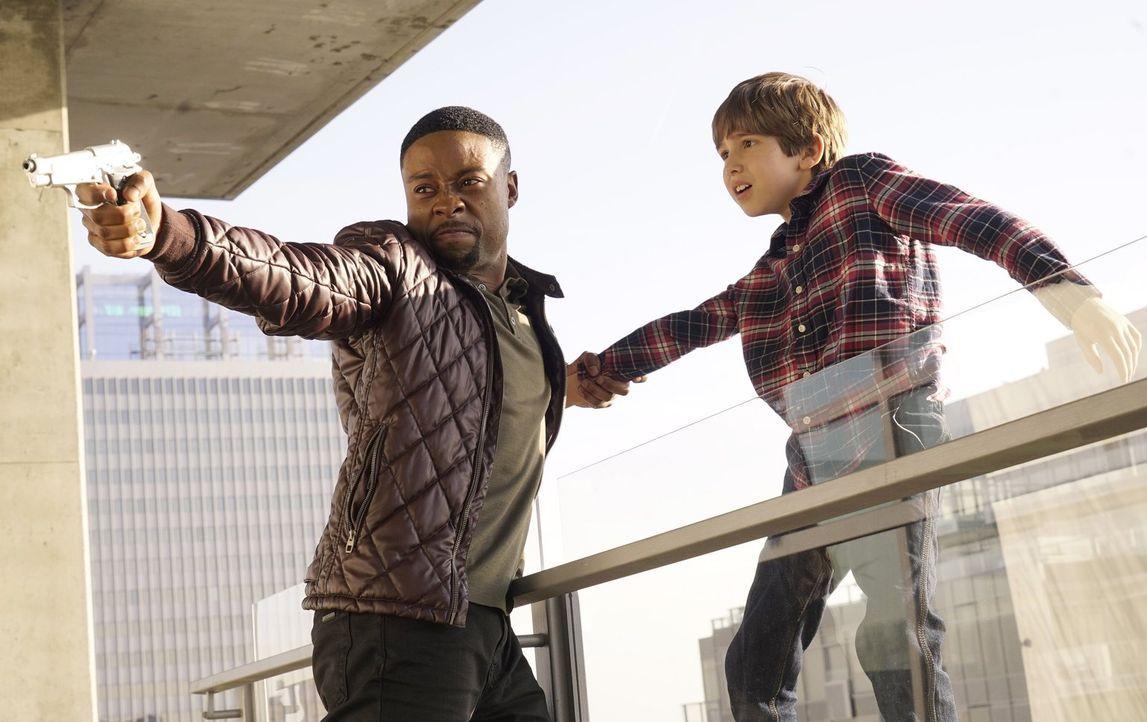 Bei dem Fall müssen Carter (Justin Hires, l.) und Lee Richie Jr. (Kadan Rockett, r.) retten. Doch wird ihnen das gelingen? - Bildquelle: Warner Brothers