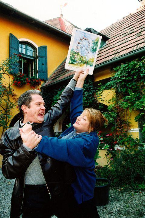 Walter Stift (Herbert Föttinger, l.), der Sohn des Verstorbenen,  versucht Tanja Kraus (Marianne Sägebrecht, r.) ein Bild zu entreißen. Unter dessen... - Bildquelle: Ali Schafler Sat,1
