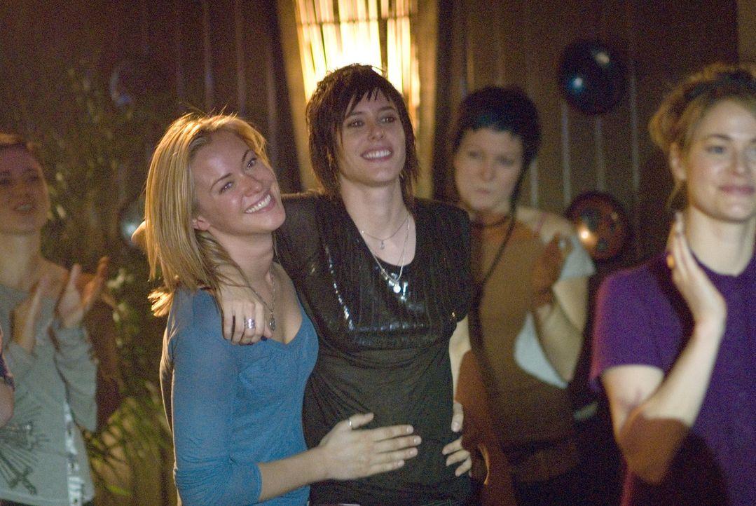 Shanes (Katherine Moennig, r.) Überraschungsparty für Paige (Kristanna Loken, l.) ist ein voller Erfolg - doch leider sind nicht alle so glücklic... - Bildquelle: Metro-Goldwyn-Mayer Studios Inc. All Rights Reserved.