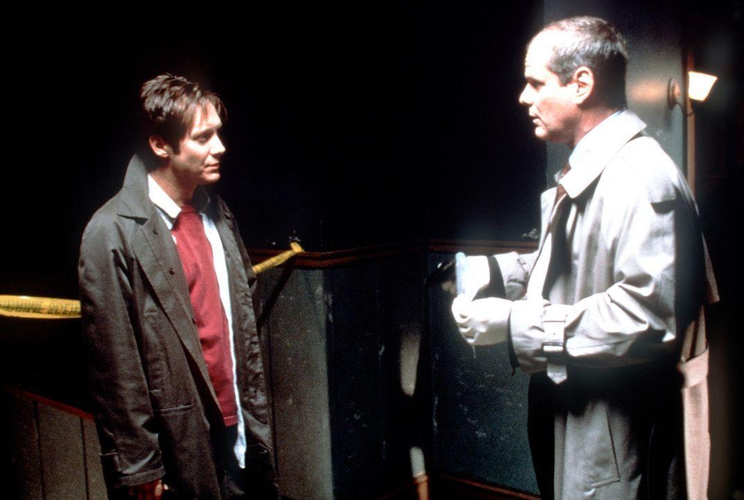 Immer wieder hinterlässt der Killer seinen Verfolgern Campbell (James Spader, l.) und Lieutenant Hollis (Chris Ellis, r.) kryptische Botschaften au... - Bildquelle: Universal Pictures