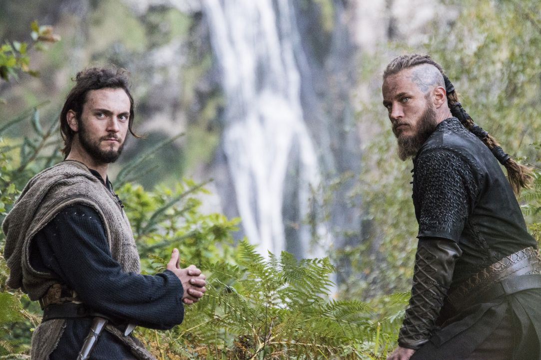 König Horik geht weiter seinem Plan nach und dadurch steht ihr Leben steht auf dem Spiel: Athelstan (George Blagden, l.) und Ragnar (Travis Fimmel,... - Bildquelle: 2014 TM TELEVISION PRODUCTIONS LIMITED/T5 VIKINGS PRODUCTIONS INC. ALL RIGHTS RESERVED.