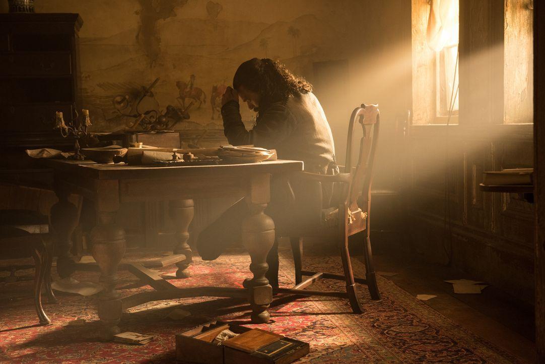 Mrs. Hudson überbringt Rogers die Nachricht von der Abmachung zwischen Eleanor und den Piraten - die Briten erhalten den Schatz und verlassen dafür... - Bildquelle: David Bloomer 2017 Starz Entertainment, LLC