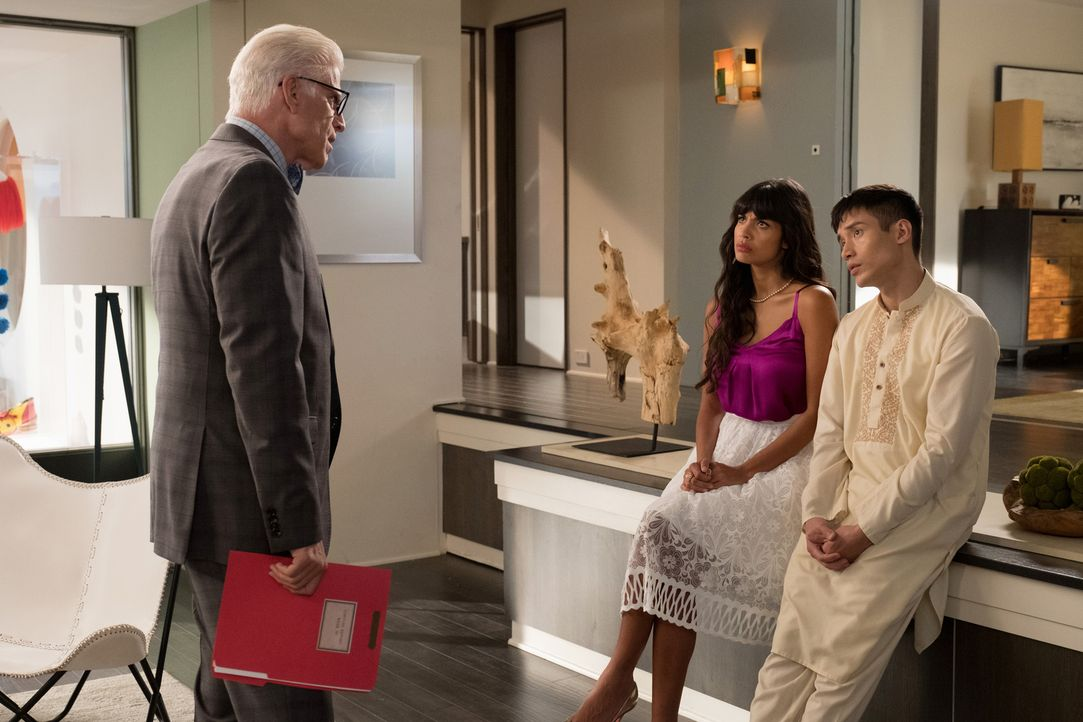 Wie werden Tahani (Jameela Jamil, M.) und Jason (Manny Jacinto, r.) reagieren, wenn sie von Michael (Ted Danson, l.) in die neusten Folterpläne eing... - Bildquelle: Colleen Hayes 2017 Universal Television LLC. ALL RIGHTS RESERVED.