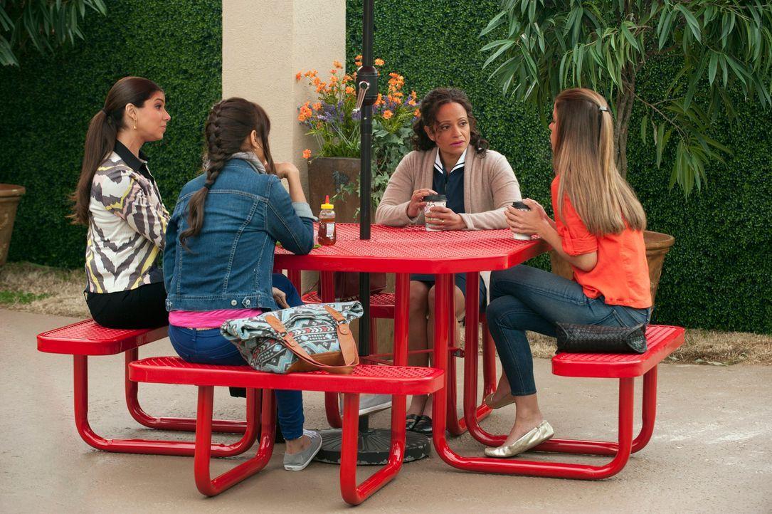 Auszeit von der Arbeit: Marisol (Ana Ortiz, r.), Rosie (Dania Ramirez, 2.v.l.), Carmen (Roselyn Sanchez, l.) und Zoila (Judy Reyes, 2.v.r.) ... - Bildquelle: ABC Studios