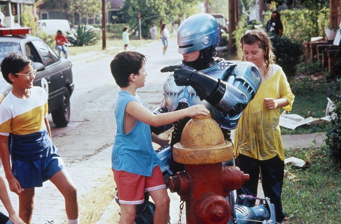 Der Robocop (Peter Weller, 2.v.r.) ist ein wahrer Held für die Kids ... - Bildquelle: Orion Pictures Corp.