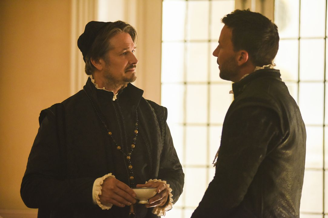 Nachdem seine Ehefrau Lola geköpft wurde, gibt Narcisse (Craig Parker, r.) vor, sich mit John Knox (Jonathan Goad, l.) verbünden zu wollen, um sich... - Bildquelle: John Medland John Medland/The CW -   2017 The CW Network, LLC. All Rights Reserved.