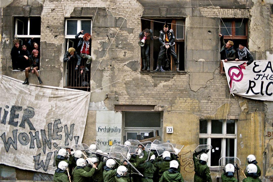 Selbstbestimmung, Freiheit, Autonomie und Anarchie: Straßenkampf zwischen der Hausbesetzer-Szene und dem Polizeiapparat ... - Bildquelle: 2003 Sony Pictures Television International