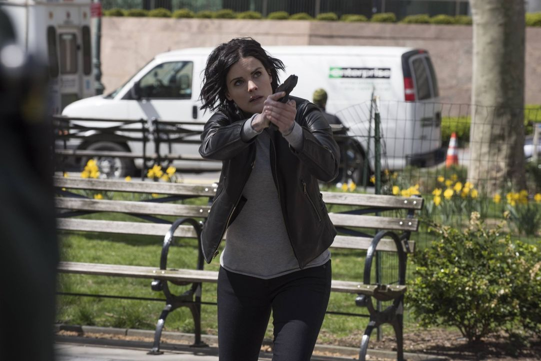 FBI-Direktor Pellington lässt die Akte Jane Doe schließen und Jane (Jaimie Alexander) aus dem Dienst des FBIs entfernen. Keine gute Entscheidung ... - Bildquelle: Warner Brothers
