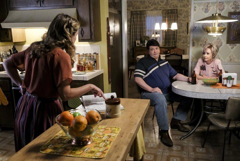 Mary (Zoe Perry, l.) bittet Pastor Jeff um Hilfe, als Sheldon ein angeblich gefährliches Spiel spielt - sehr zum Missfallen von George (Lance Barber... - Bildquelle: Warner Bros.