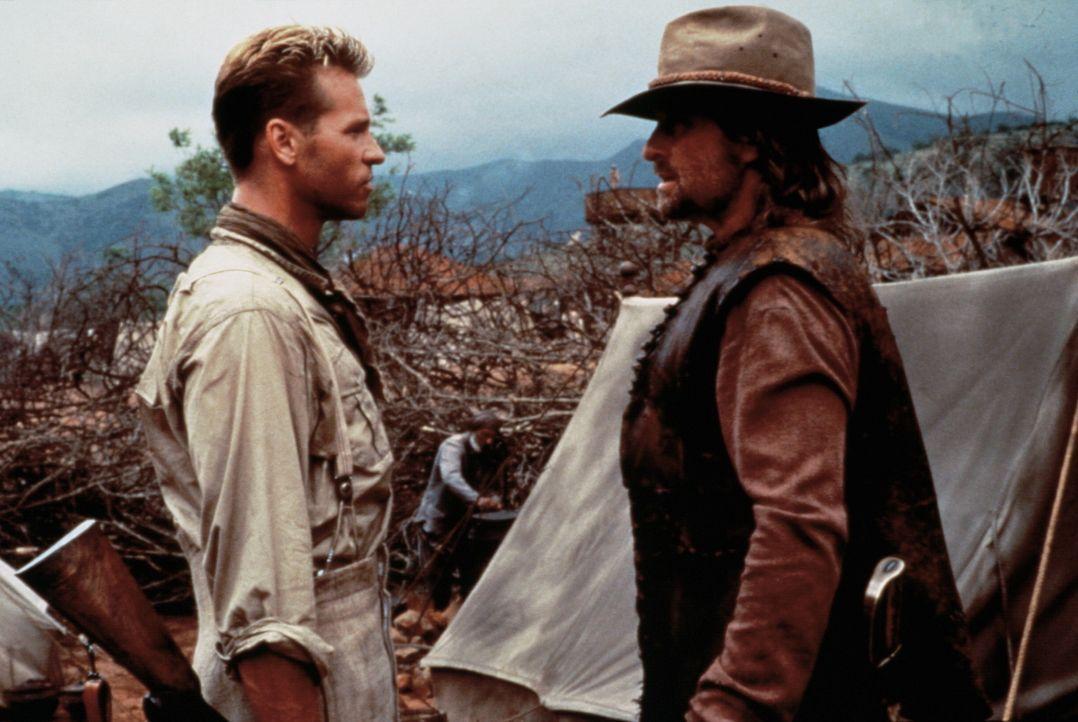 In ihrer Vorgehensweise sind Patterson (Val Kilmer, l.) und Remington (Michael Douglas, r.) nicht immer einer Meinung ... - Bildquelle: Paramount Pictures