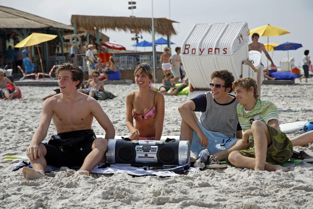 Die Clique um Lars (Jannis Niewöhner, l.) genießt den Sommer am Strand von Amrum: Silvia (Jelena Weber, 2 v.l.), Bernie (Andreas Dyszewski, 2 v. r.)... - Bildquelle: Walt Disney Studios Motion Pictures