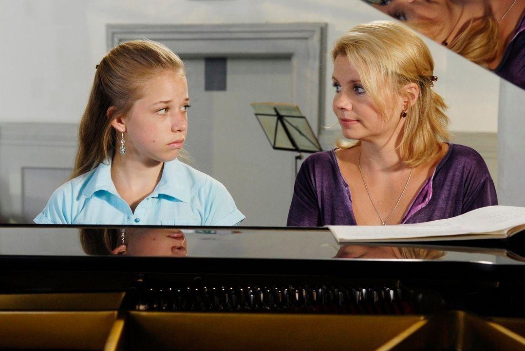 Sophie (Josefina Vilsmaier, l.) kämpft mit sich, ob sie ihre Mutter Minza (Annette Frier, r.) wegen Vernachlässigung und anderen Delikten verklagen... - Bildquelle: Marco Nagel ProSieben