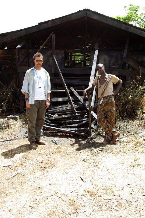 Um Lukas Leichnam nach Chicago zu überführen, fliegt Carter (Noah Wyle, l.) noch einmal in den Kongo ... - Bildquelle: National Broadcasting Company (NBC)