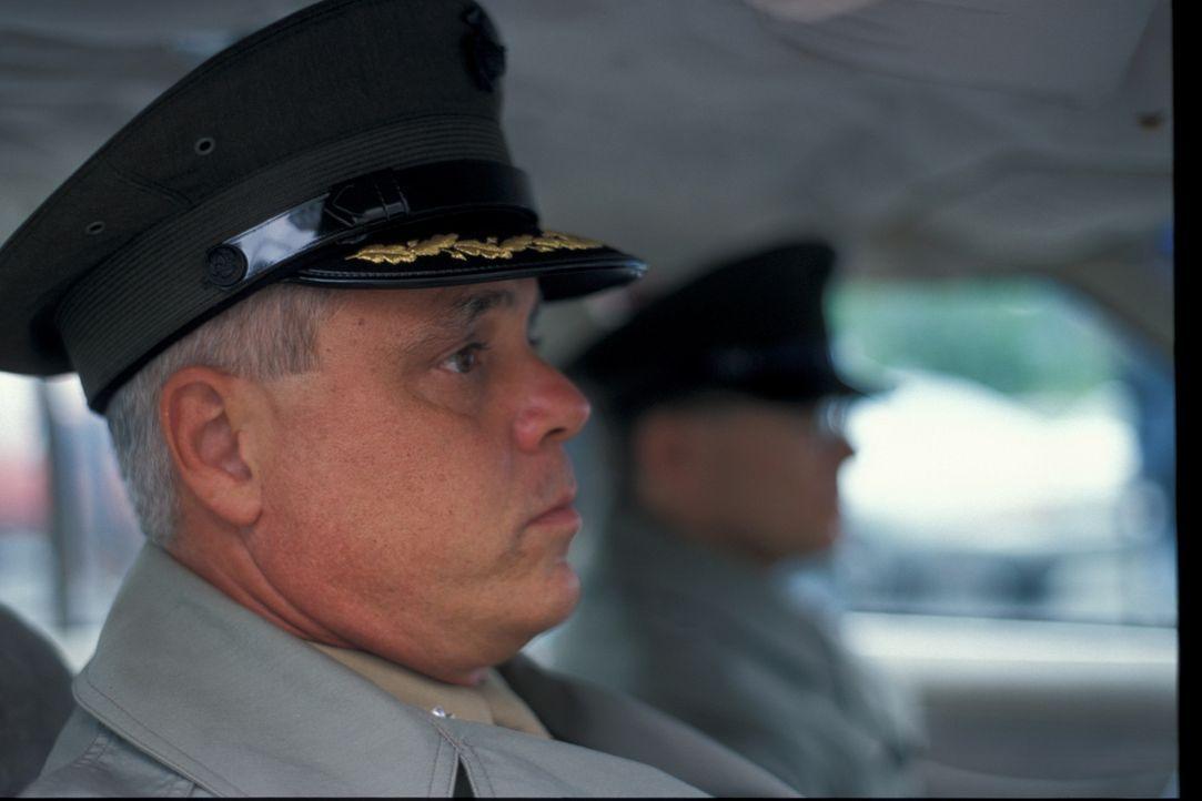 Marine Captain Shirley Russel verschwindet 1989 spurlos. Als Ermittler ihren Mann aufsuchen, verhält dieser sich äußerst seltsam. Allem Anschein nac... - Bildquelle: New Dominion Pictures, LLC