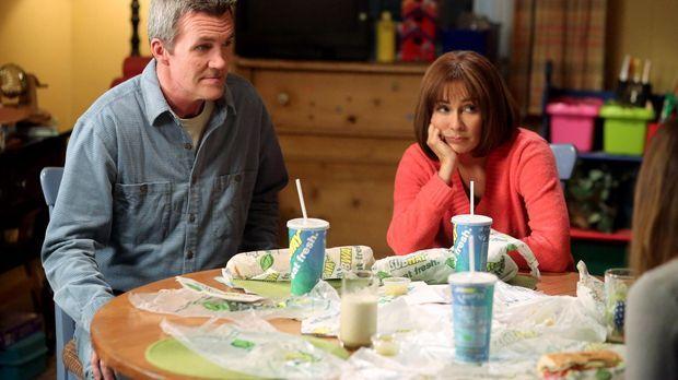 Mikes (Neil Flynn, l.) und Frankies (Patricia Heaton, r.) Hochzeitstag steht...