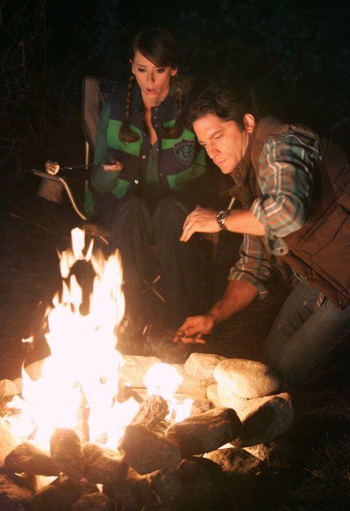 Jim Clancy (David Conrad, r.) hat das Gefühl, dass sich seltsame Dinge abspielen. Hat der Geist, der Melinda (Jennifer Love Hewitt, l.) seit Tagen v... - Bildquelle: ABC Studios