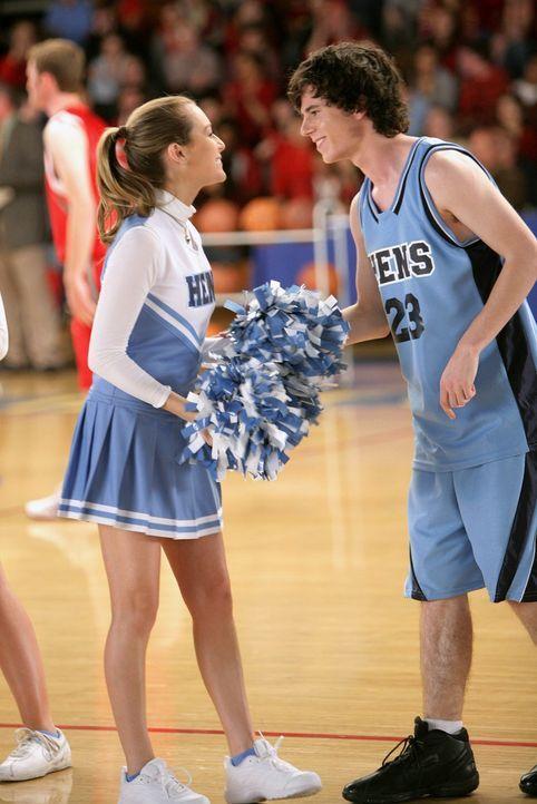Das neue Traumpaar der High-School: Basketballspieler Axl (Charlie McDermott, r.) und Cheerleaderin Morgan (Alexa Vega, l.) ... - Bildquelle: Warner Brothers