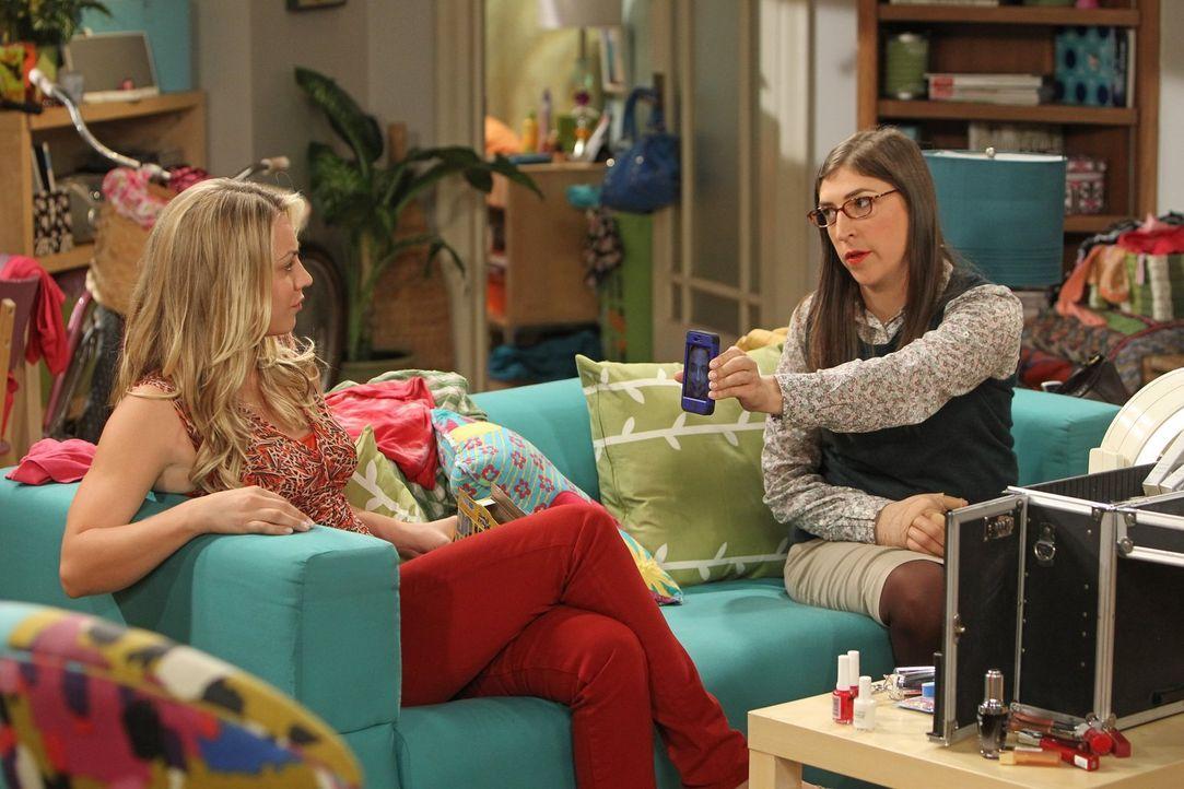 Amy (Mayim Bialik, r.) und Penny (Kaley Cuoco, l.) sind entsetzt als sie erfahren, dass sich Sheldon eine Assistentin gesucht hat ... - Bildquelle: Warner Bros. Television