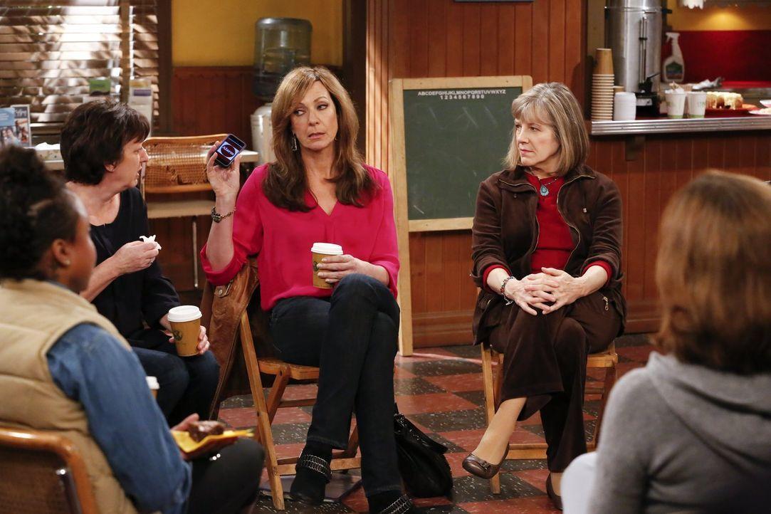 Nimmt ihre durch Marjorie (Mimi Kennedy, r.) gewonnene Rolle als Chefin viel zu ernst: Bonnie (Allison Janney, 2.v.r.) ... - Bildquelle: Warner Bros. Television