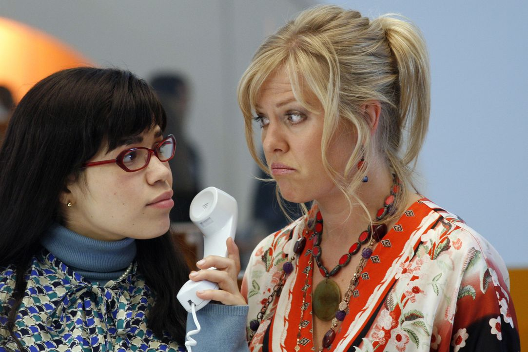 Haben einen stressigen Arbeitstag: Christina (Ashley Jensen, r.) und Betty (America Ferrera, l.) ... - Bildquelle: Buena Vista International Television