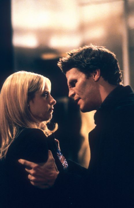 Buffy (Sarah Michelle Gellar, l.) fragt sich entsetzt, ob Angel (David Boreanaz, r.) sich wieder in den dämonischen Angelus verwandelt hat ... - Bildquelle: TM +   2000 Twentieth Century Fox Film Corporation. All Rights Reserved.