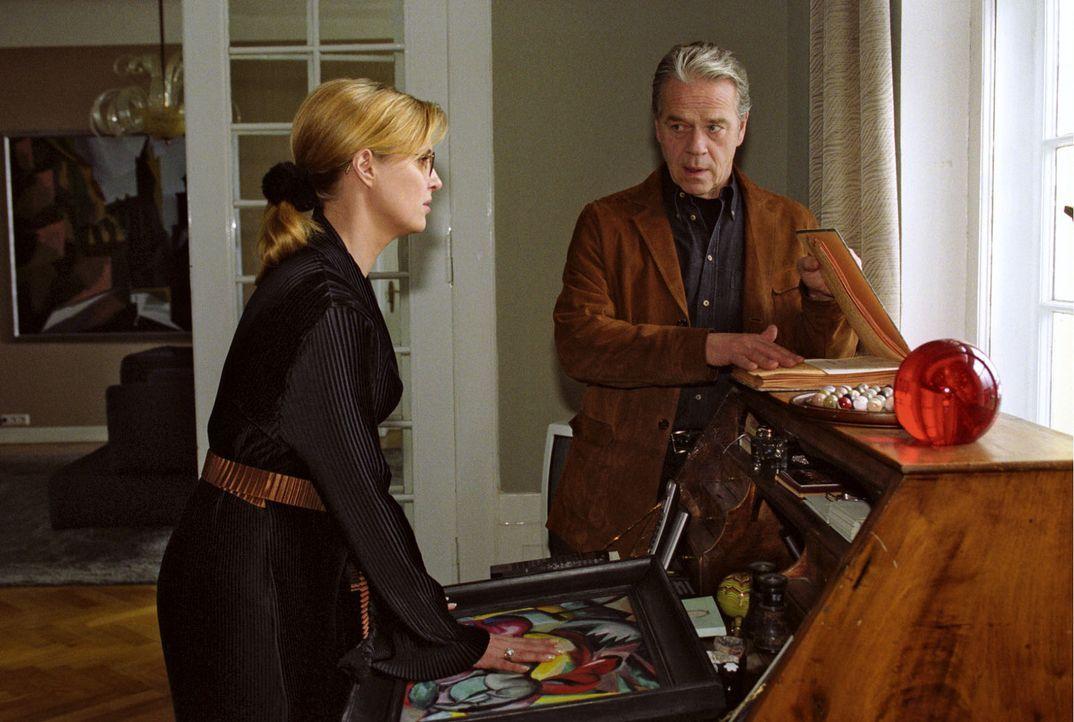 Ella Bischoff (Katharina Böhm, l.) erfährt von Wolff (Jürgen Heinrich, r.), dass das angeblich so wertvolle Bild eine Fälschung war. - Bildquelle: Claudius Pflug Sat.1