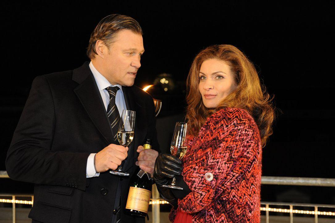Stoßen auf das neue Jahr an: Richard (Robert Jarczyk, l.) und Natascha (Franziska Matthus, r.) ... - Bildquelle: SAT.1