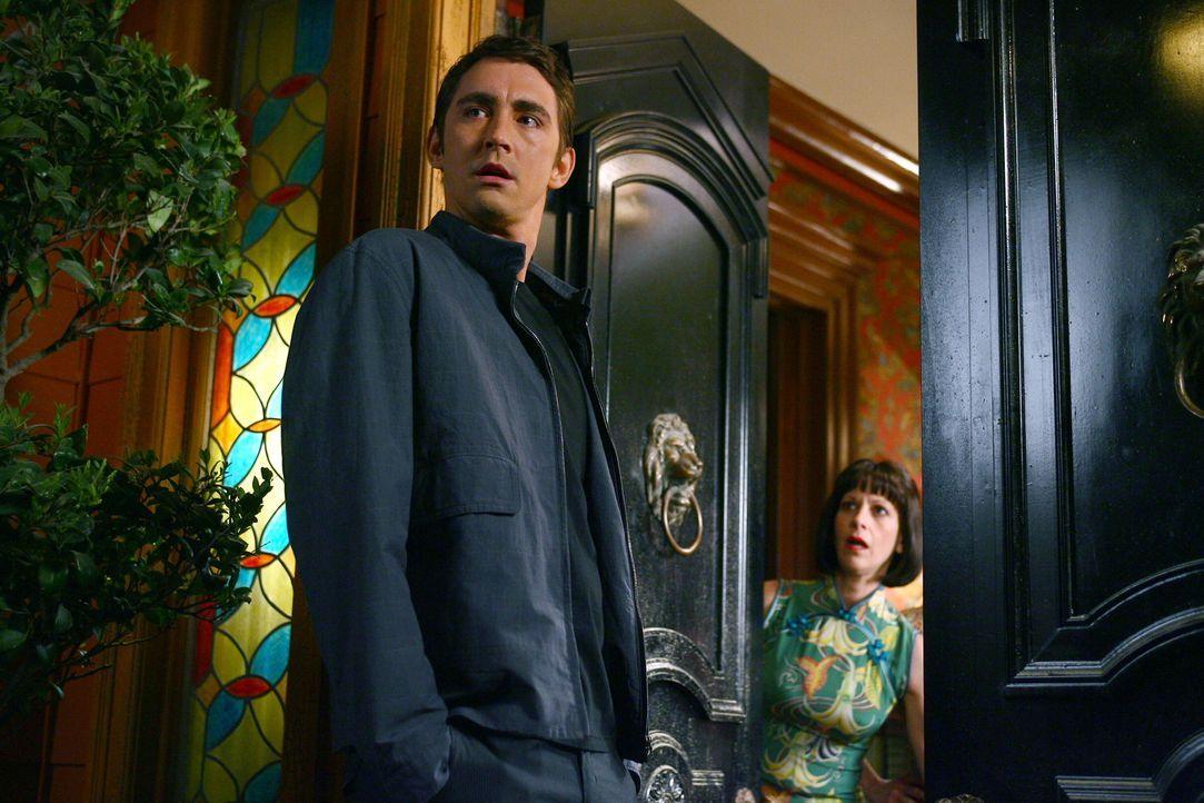 Ned (Lee Pace, l.) stattet seiner Nachbarin Vivian (Ellen Greene, r.) einen Besuch ab. In diesem Haus wohnt zufällig auch seine Jugendliebe ... - Bildquelle: Warner Brothers